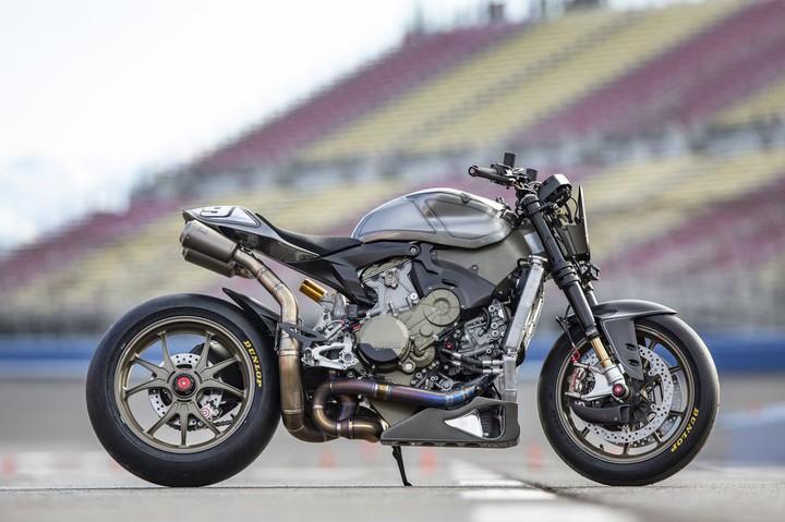 Не узнаёте? Это же Ducati 1199 Superleggera! Просто немного модифицированный